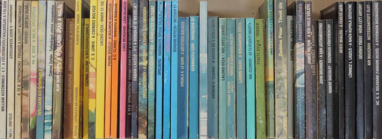 """""""45 kötet a Kozmosz Fantasztikus Könyvek sorozatból (nem teljes sorozat)"""""""